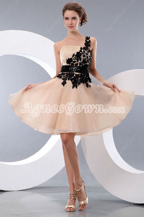 Modern Champagne Organza Homecoming Dress With Black Appliques